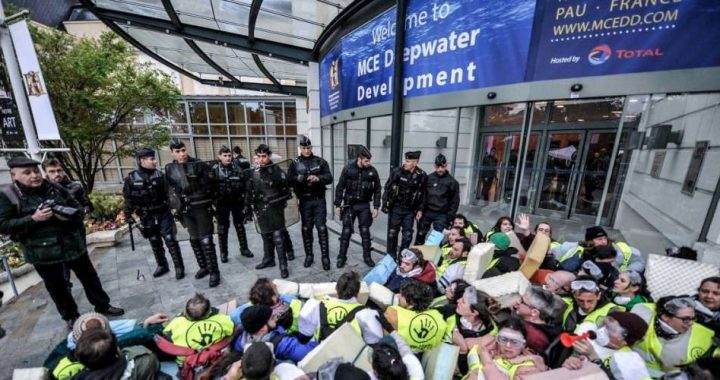 des-activistes-anv-cop21-bizi-ont-tente-mardi-matin-de-bloquer-l-entree-des-congressistes