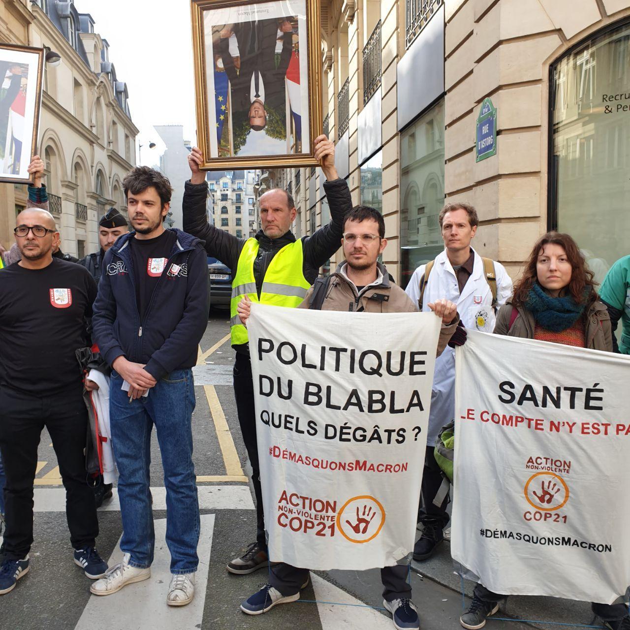 Action 'Démasquons Macron' le 13 mars 2020 devant l'Elysée avec le Collectif Inter-urgences