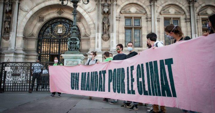 """Personnes tenant une banderole """"Un mandat pourle climat"""""""