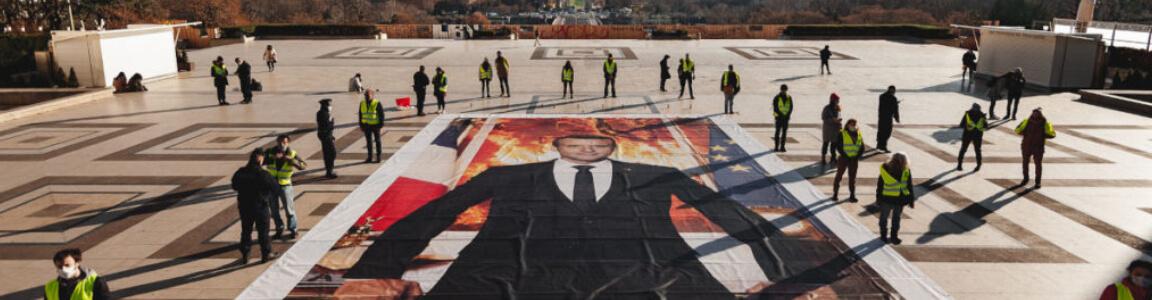 Action au Trocadéro du 10 décembre 2020 : Portrait géant de Macron qui regarde ailleurs alors que l'Accord de Paris brûle - Crédit photo : Baptiste Soubra