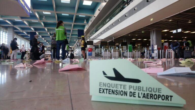 Prises de parole et avions en papier à l'aéroport de Marseille