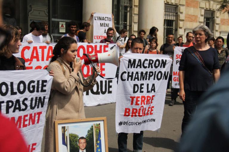 Action Affaire du siècle : Macron champion de la terre brulée