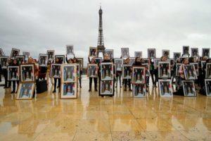 COP25 : 100 portraits de Macron brandis tête en bas devant la Tour Eiffel : image à la une