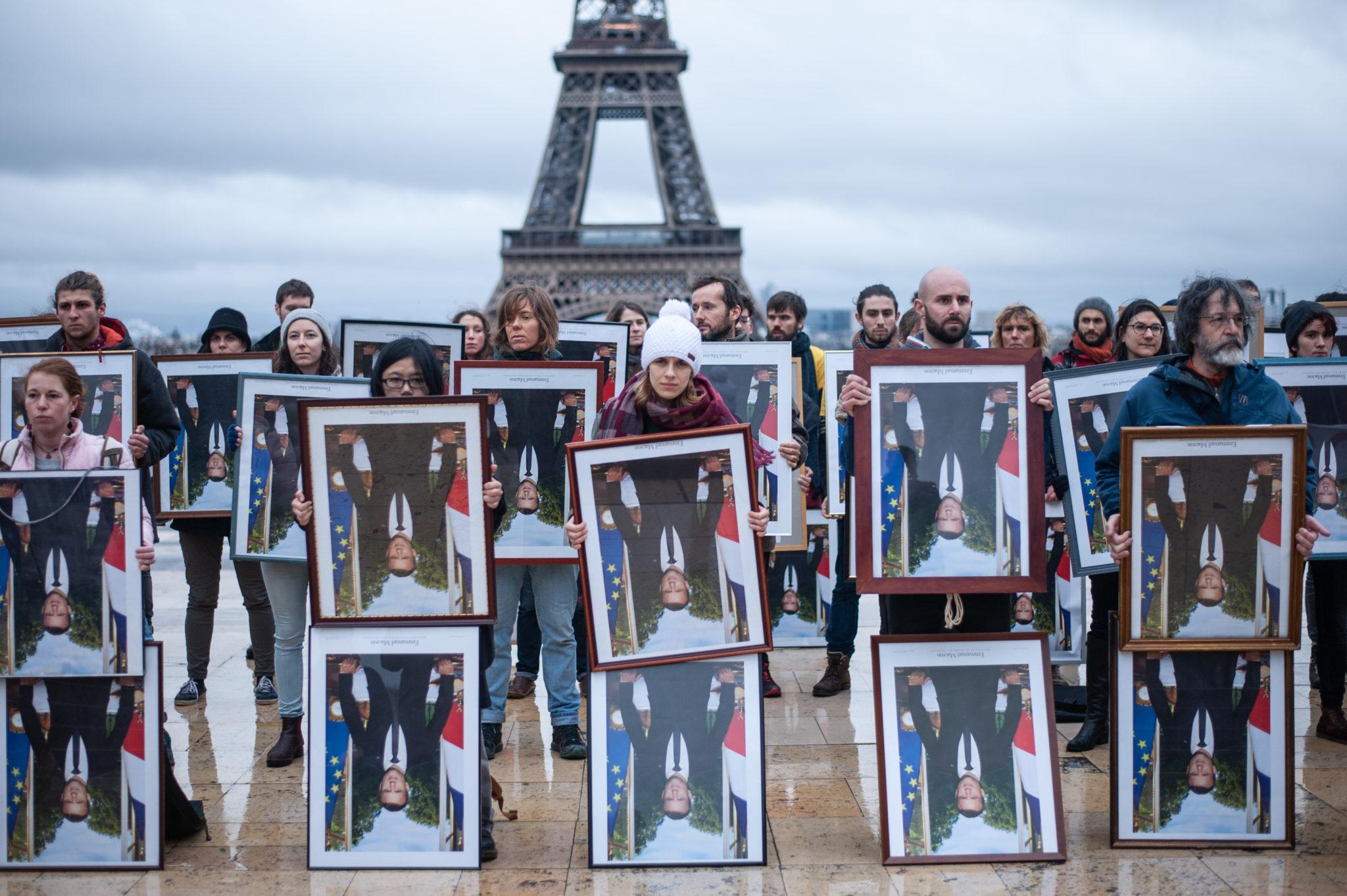 Action Décrochons Macron Paris