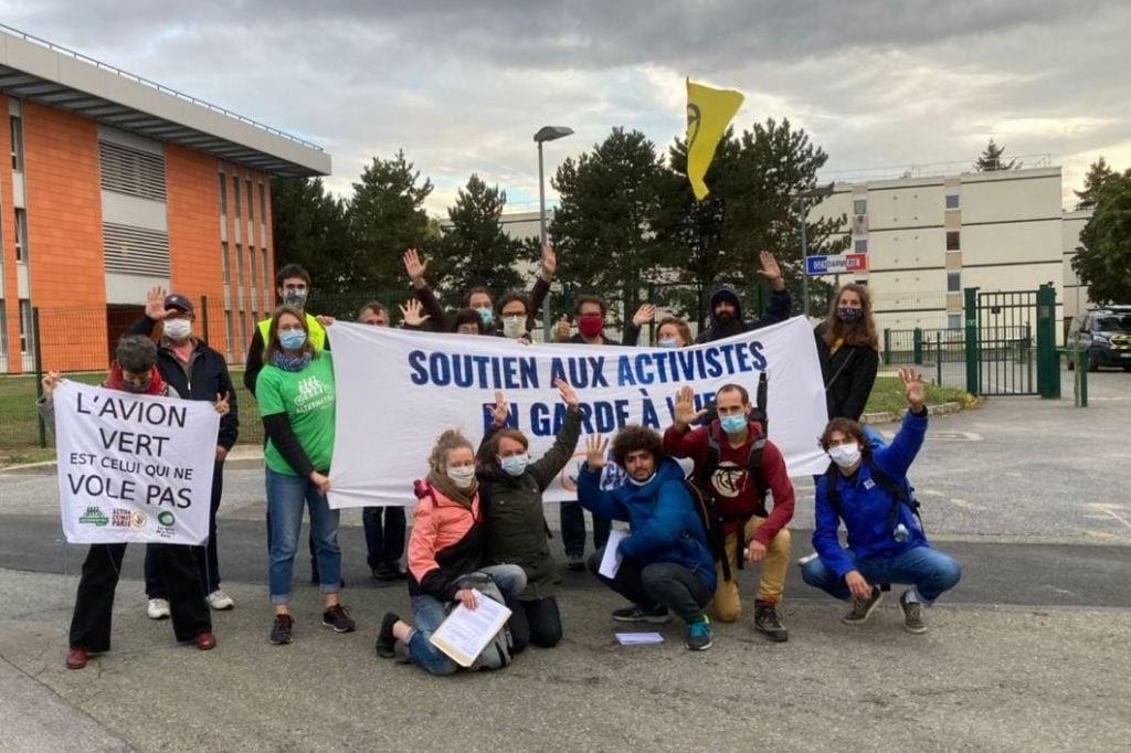 Sortie des 5 derniers activistes après 33h de garde-à-vue le 4 octobre 2020 à Roissy