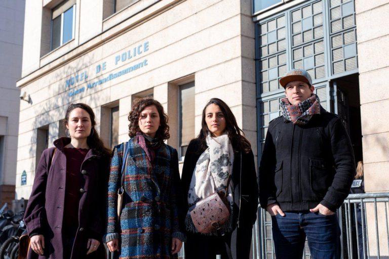 3 activistes et le vidéaste Vincent Verzat devant le commissariat à Paris jeudi 21 mars 2019 ; Crédit photo : Clément Tissot –