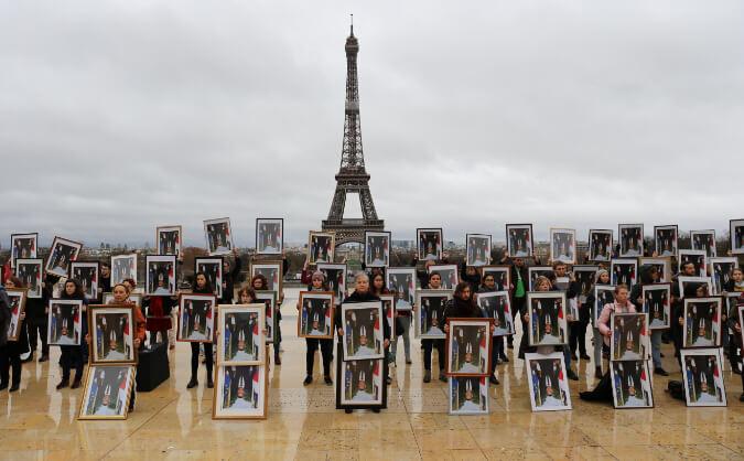 Action Décrochon Macron Paris - Tour Eiffel