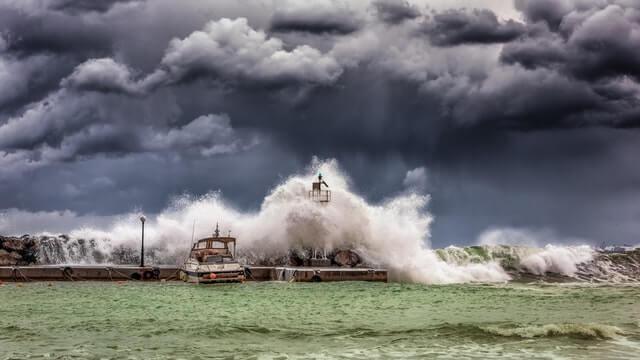 Grosses vagues sous un ciel nuageux