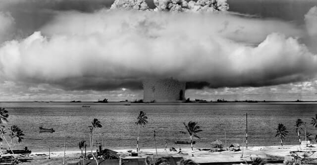 Photo En Niveaux De Gris D'explosion Sur La Plage